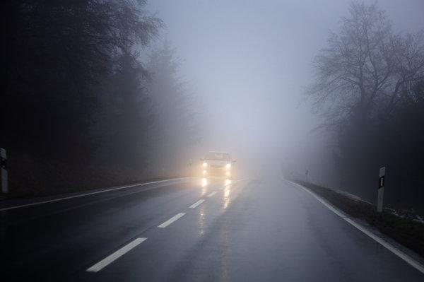 La mejor forma de conducir con niebla