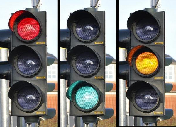 ¿Por qué los semáforos son rojo, ámbar y verde?